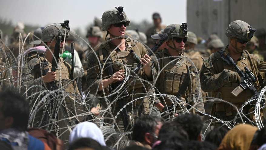 صورة لجنود أمريكيين قرب مطار كابول