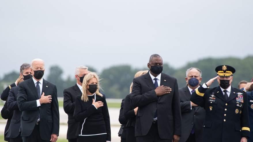 الرئيس الأمريكي جو بايدن (إلى اليسار) والسيدة الأولى الأمريكية جيل بايدن ووزير الدفاع الأمريكي لويد أوستن (وسط) ومسؤولون آخرون ، يحضرون النقل الكريم لجثمان أحد أفراد الخدمة الذين سقطوا في الخدمة في قاعدة دوفر الجوية في دوفر، ديلاوير 29 أغسطس 2021