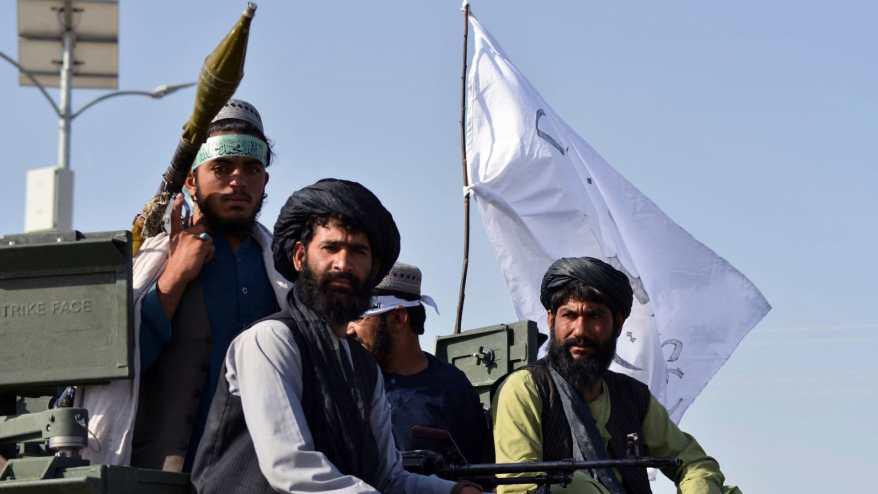 مقاتلو طالبان على عربة مدرعة في قندهار خلال احتفال بانسحاب الولايات المتحدة من أفغانستان - 1 سبتمبر 2021