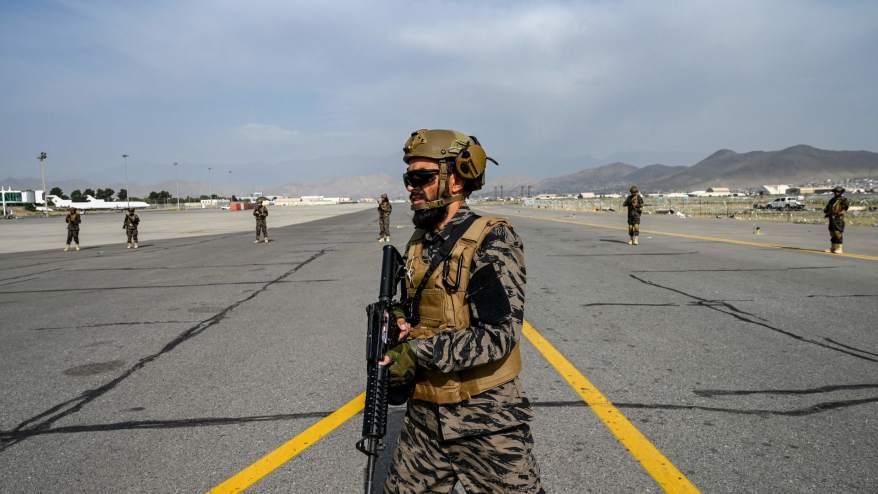 عضاء من وحدة طالبان بدري 313 يسيرون على مدرج مطار كابول - 31 أغسطس 2021