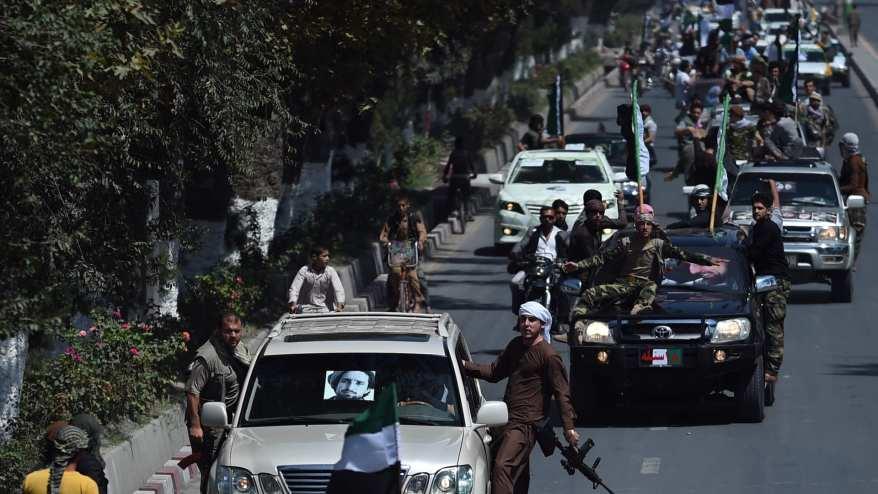 أنصار زعيم المقاومة الراحل أحمد شاه مسعود يحملون أسلحة أثناء ركوبهم في قافلة للاحتفال بالذكرى السنوية الرابعة عشرة لوفاته في كابول في 9 سبتمبر 2015