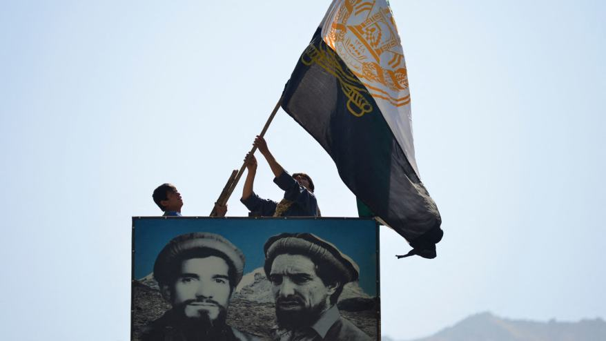 مقاتلون موالون لأحمد مسعود يرفعون رايتهم في بنجشير