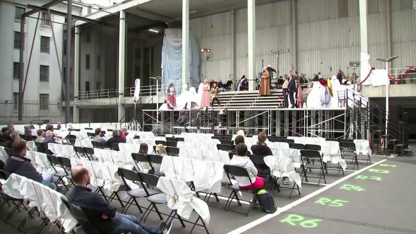 The Deutsche Oper of Berlin resumes performances in a parking lot