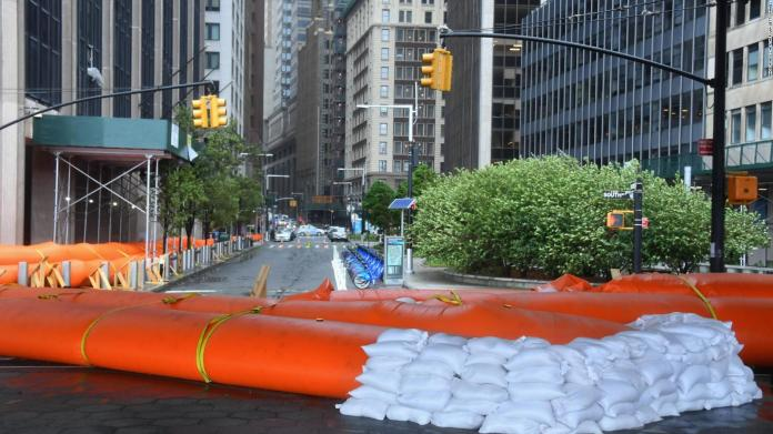 New York: Inflatable barriers before the arrival of Isaías