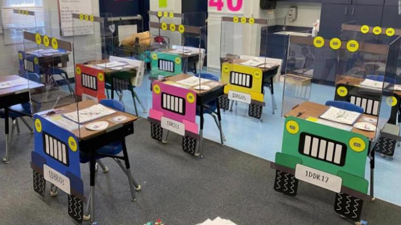 Florida: teachers turn desks into cars against covid-19