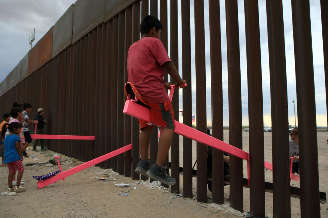 Un sube y baja para niños en la frontera entre Estados Unidos y México ganó el Premio de Diseño Beazley del Año