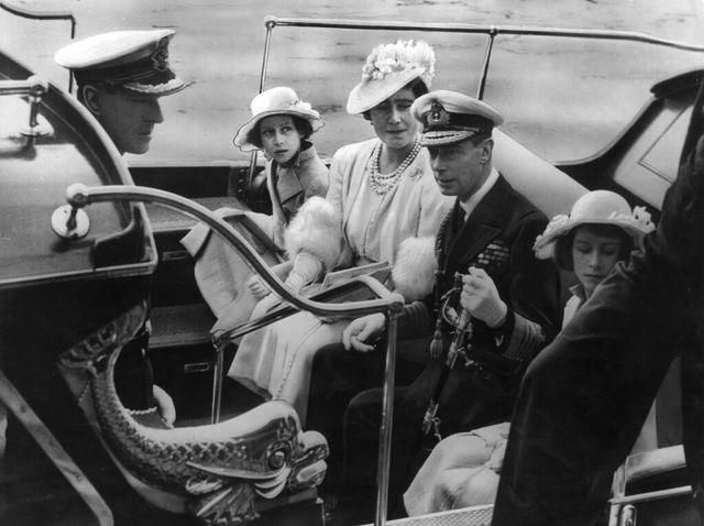 La familia real llega al Royal Naval College de Dartmouth en 1939. De izquierda a derecha están el príncipe Felipe, la princesa Margarita, la reina Isabel, el Rey Jorge VI y la princesa Isabel. La joven princesa Isabel quedaría deslumbrada por el joven cadete naval en esta visita.