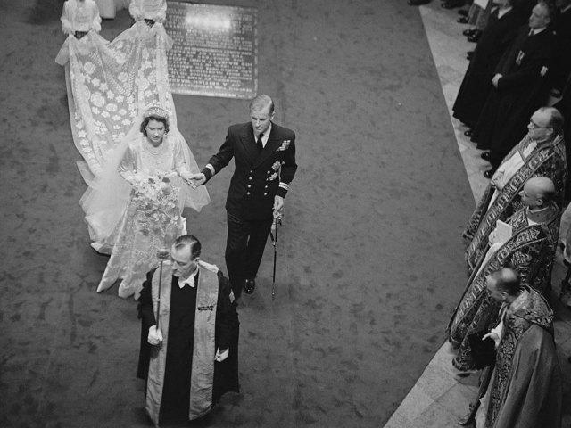 Isabel y Felipe recorren el pasillo de la Abadía de Westminster el día de su boda, el 20 de noviembre de 1947.