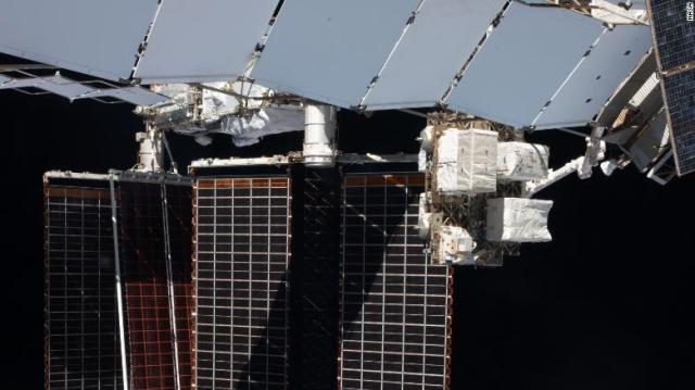 Observa a los astronautas instalar un panel solar gigante fuera de la estación espacial