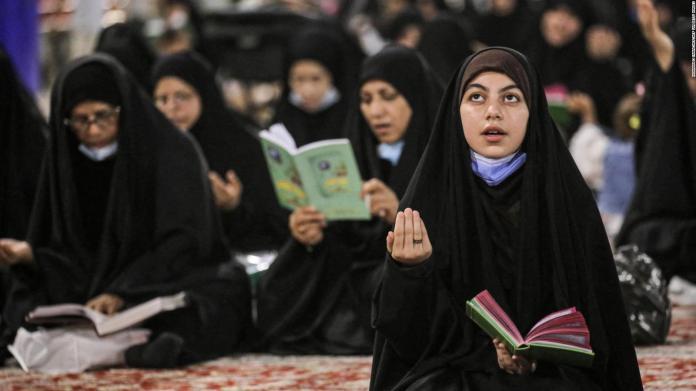 Trato hacia la mujer musulmana enciende el debate en Camilo