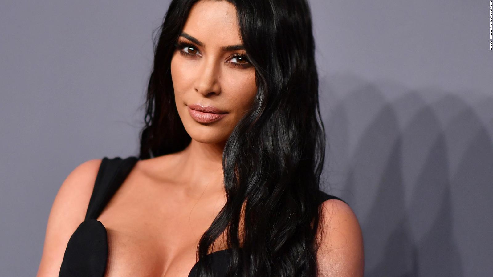 Kim Kardashian se burla de sí misma y de su familia entera