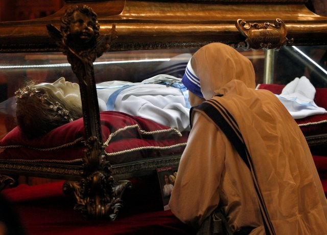"A member of the Missionaries of Charity venerates the relics of St. Maria Goretti at St. John Cantius Church in Chicago Oct. 12. The major relics, which are virtually all of the skeletal remains of the saint, known as the ""patroness of purity,"" are on a U.S. ""pilgrimage of mercy"" this fall that will go to nearly 20 states. (CNS photo/Karen Callaway, Catholic New World)"