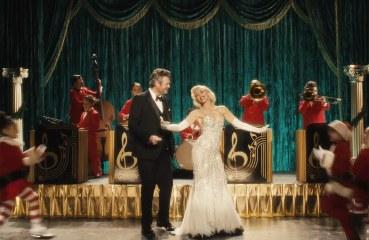 "Foto: Screenshot ""You Make It Feel Like Christmas"" Musikvideo"