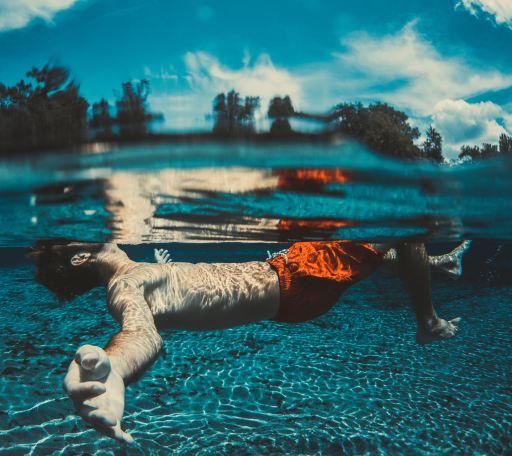 Laissez-vous flotter et portez par l'eau