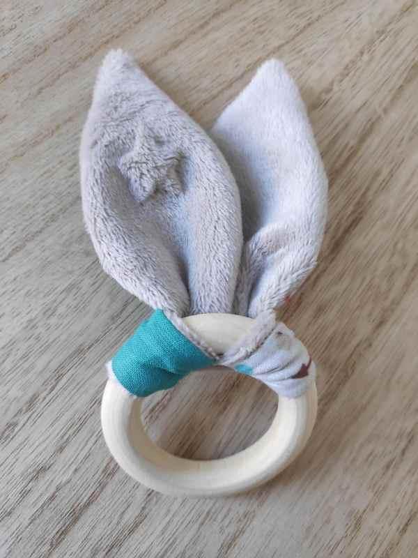 Anneau de dentition oreilles de lapin vue de l'arrière, tissu étoiles minky taupe