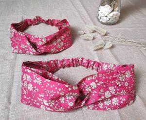 Deux bandeaux à cheveux croisés à l'avant de couleur rouge et à motifs fleurs