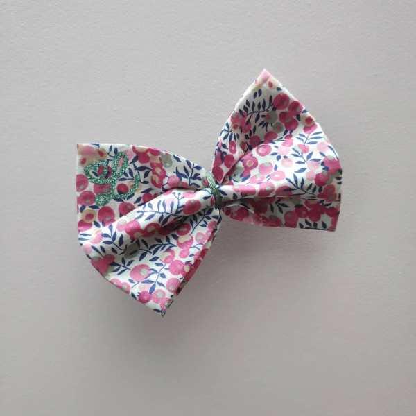 Barrette en tissu Liberty avec initiale, de couleur rose, à motifs fleurs