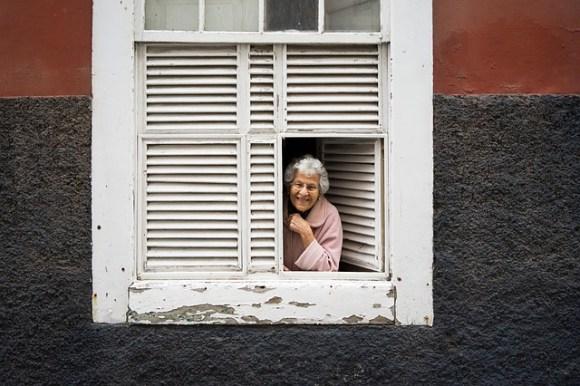 Alte Frau Fenster