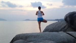 yoga-arbre-face-a-la-mer