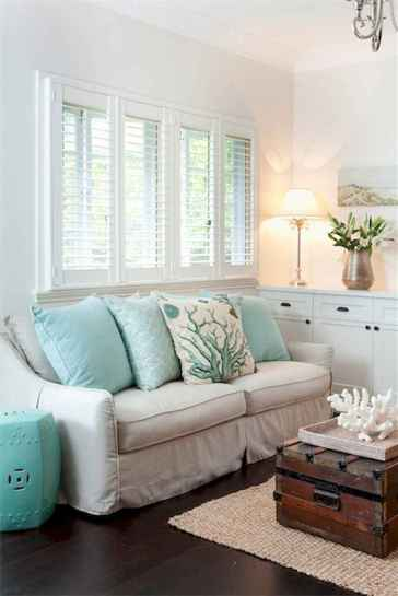 70 Cool and Clean Coastal Living Room Decorating Ideas (51)