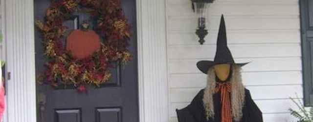 22 Chilling and Creative Halloween Porch Decorations (16)