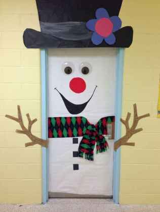 40 Simple DIY Christmas Door Decorations For Home And School (25)