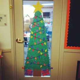 40 Simple DIY Christmas Door Decorations For Home And School (33)