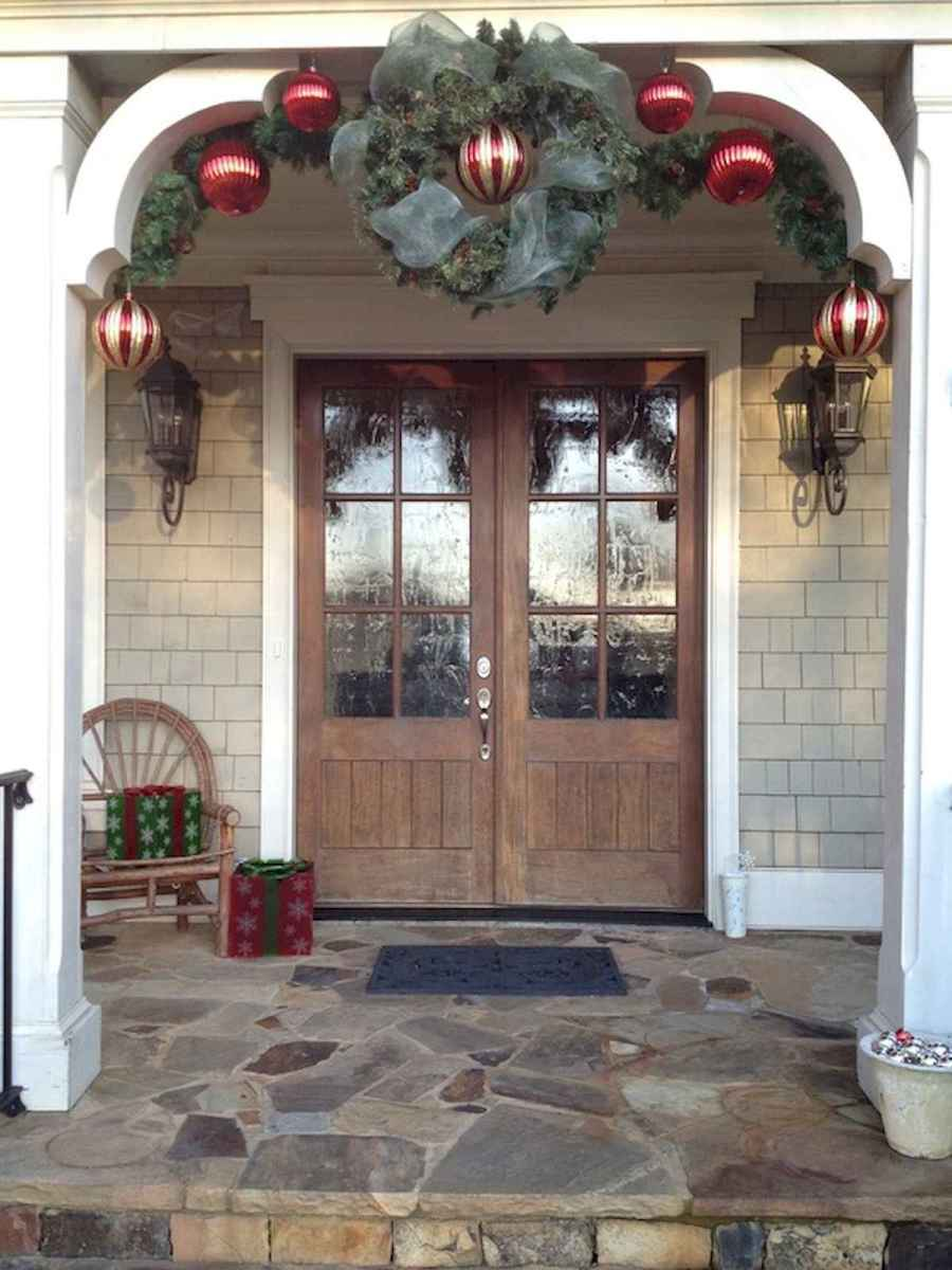 50 Christmas Front Porch Decor Ideas And Makeover (22)
