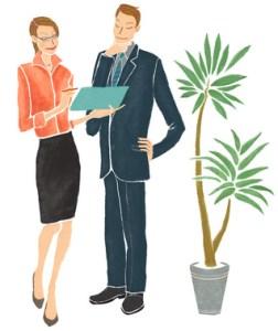 Frau im Businessoutfit und Mann im Anzug schauen sich gemeinsam ein Schriftstück an.
