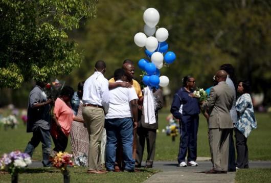 Relatives and friends gathered to remember Walter Scott, at Live Oak Memorial Gardens in Charleston, South Carolina, April 4, 2016. REUTERS/Randal Hill