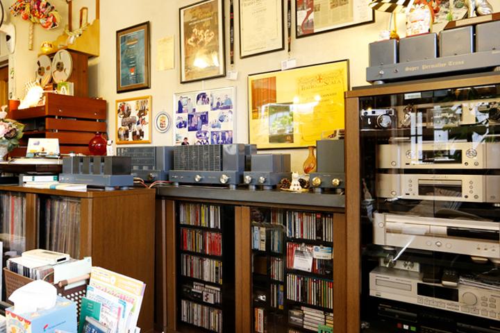 棚の上に並ぶ製品、そして棚には試聴用のLPやCDが大量に