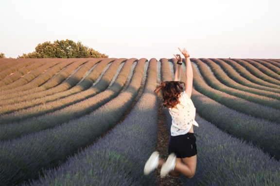 paca_valensole_lavender_fields_sunset_jump