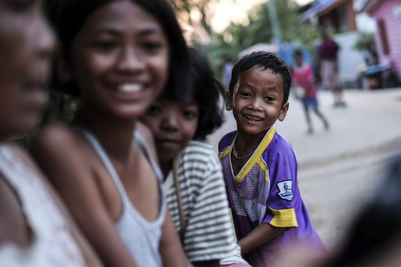 cobalt_state_thailand_surin_outside_kids