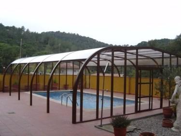 Cubiertas de piscina en color liso y madera