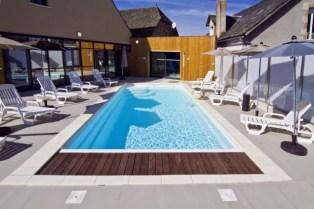 Tapa de la cubierta en madera encima de la piscina
