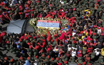 6. Chávez se va entre una marea humana (Efe)