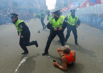 15. Tres muertes en dos explosiones en el Maratón de Boston (John Tlumacki)