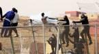1. Extintores contra los inmigrantes de Melilla (Efe)