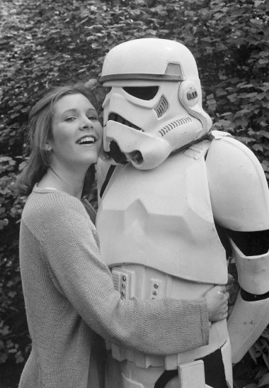 Carrie Fisher con uno Stormtrooper in un parco di Londra, 23 maggio 1980 (AP Photo/Dave Caulkin)