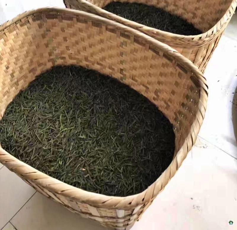 cesti con dentro foglie di tè
