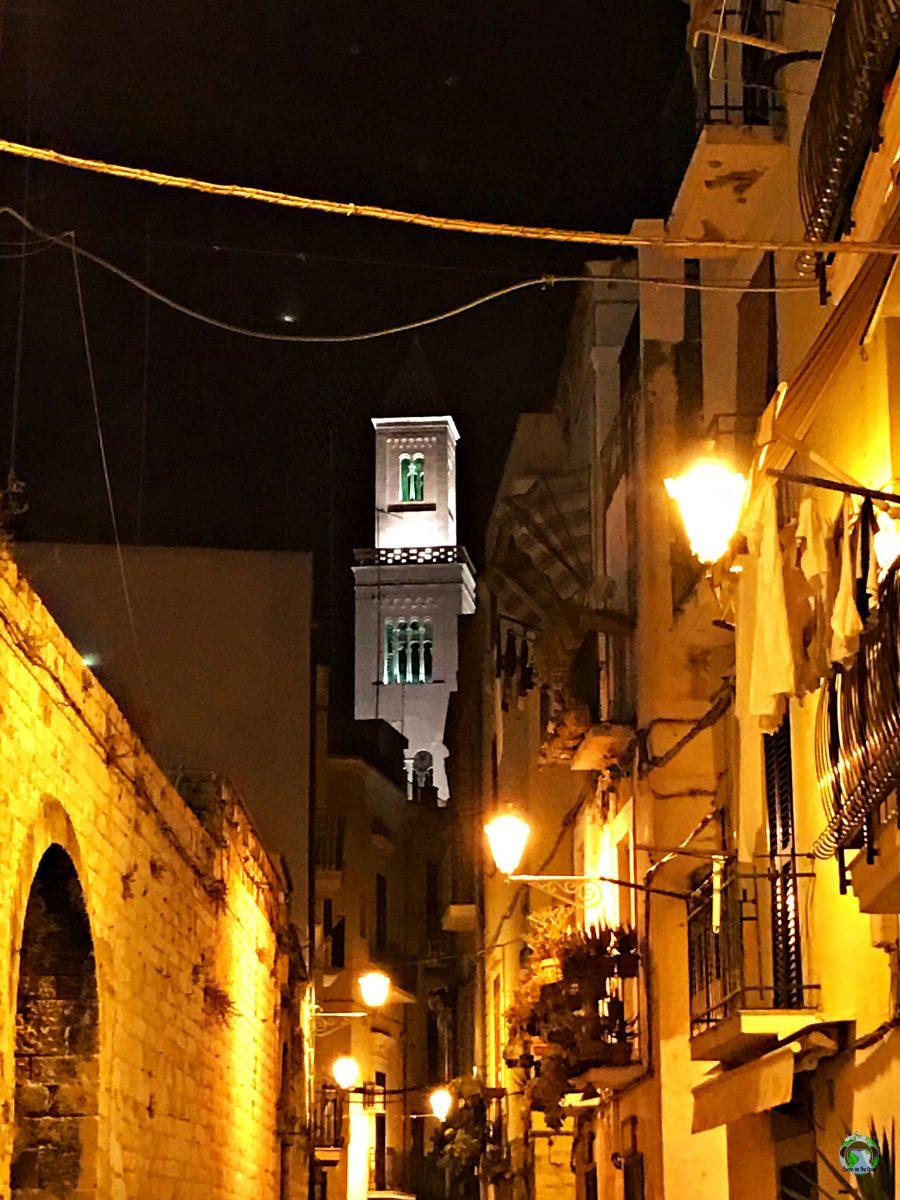 Nei vicoli di Bari Vecchia - Cocco on the road