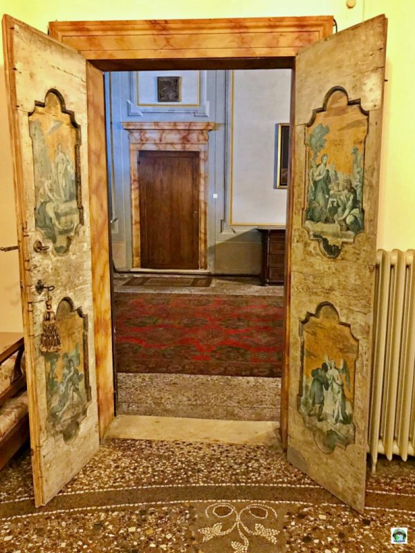 porta decorata palazzo pomello