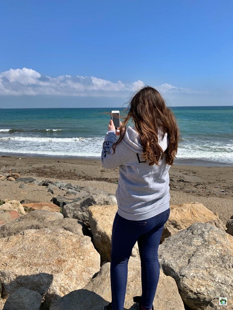 bambina che scatta foto sul mare di M'diq