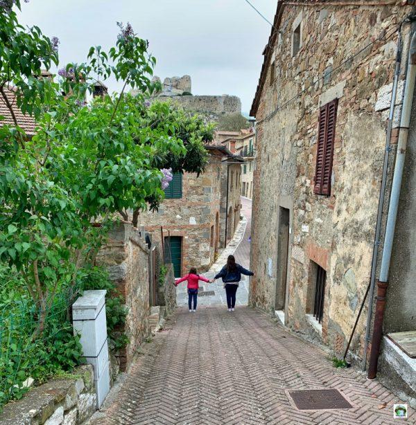 bambini borgo Val d'Orcia
