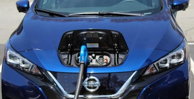 Nissan Leaf recargando mediante conexión trifásica CHAdeMO. Todo lo que debes saber sobre el coche eléctrico