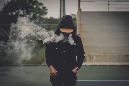Młodzieniec w masce gazowej