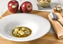 Guiso de manzana y frutos secos con consomé de caza