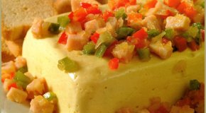 Barra de queso con guarnición de lomito y pimientos