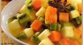Ensalada de frutas y salsa de anís estrellado
