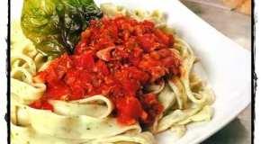 Tallarines de rúcula con salsa de atún